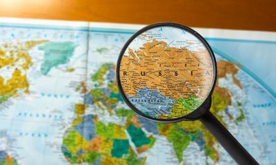 Carte du monde avec une loupe au dessus de la Russie